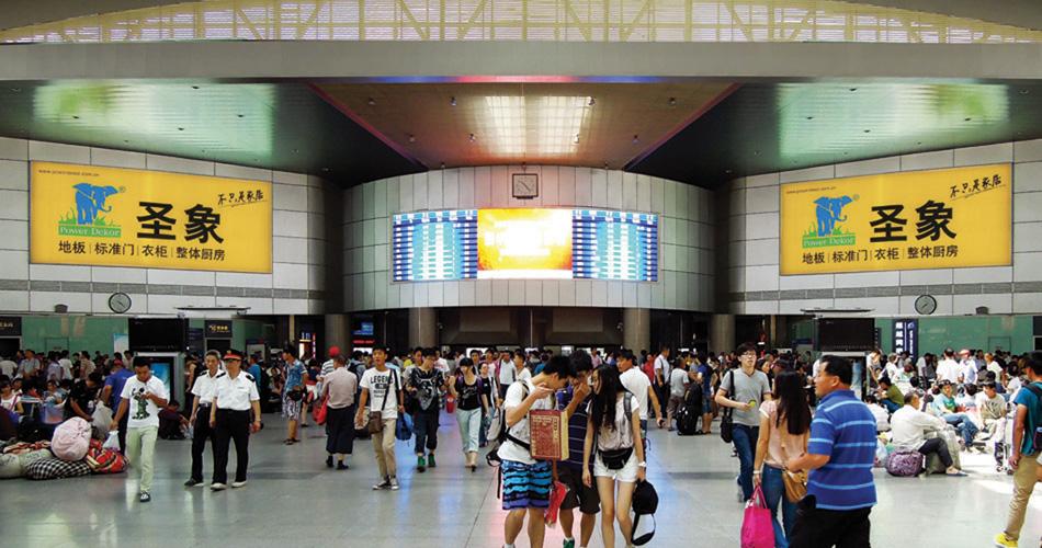 圣象地毯-天津站高架层进站大厅南端灯箱